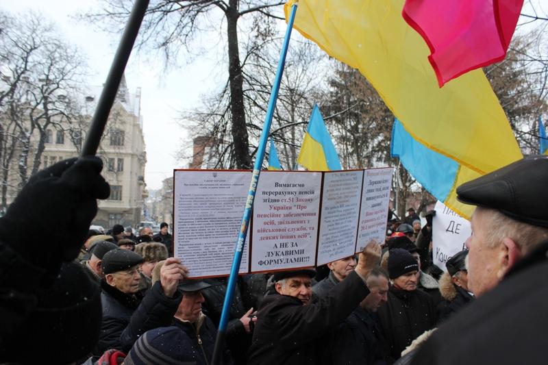 НаЛьвівщині військові пенсіонери перекрили дорогу