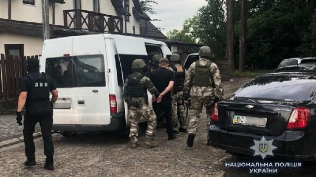 У Львові затримали рекетирів e7d66b7604f40